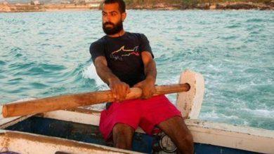 صورة لبناني يركب البحر طلبا للرزق بعد أن خذلته دراسته الجامعية