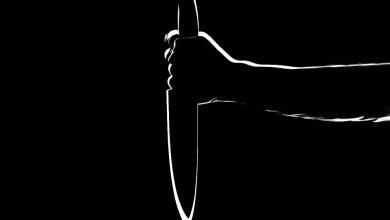 صورة معلمة مصرية تُقدم على طعن طالب في الصف الثالث الإعدادي بسكين
