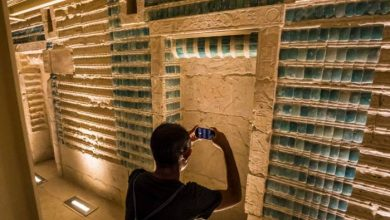 صورة افتتاح مقبرة الملك زوسر الجنوبية بسقارة أمام السياح