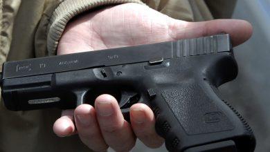 صورة طفل في الثانية من عمره يطلق النار على نفسه